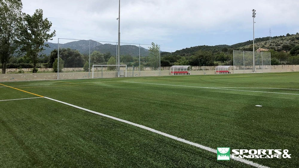The works for the installation of artificial grass at the Aixa-Llaüt School have been completed
