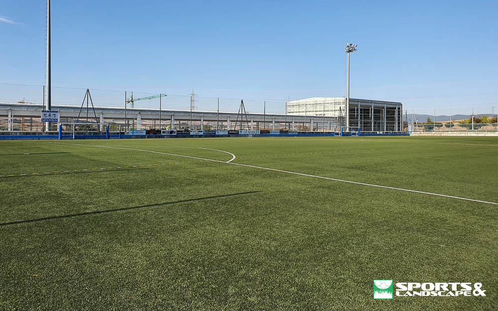 Contract signed for replace the artificial turf in the municipal soccer field of El Pinar in Zizur