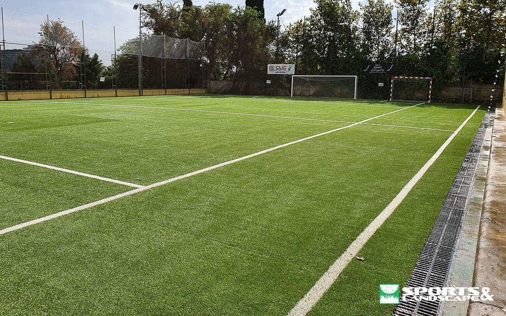 Artificial grass installation works on two tracks of the Pedralbes School